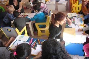 Студенти четоха приказки на малките пациенти.