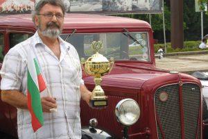 """Дончо Дончев пред своята гордост - """"Рокни Студебейкър"""" от 1923 година."""