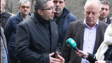 Министър Нанков обходи срутището и обеща до 10 дни алтернативен път. СНИМКА: СмолянПрес