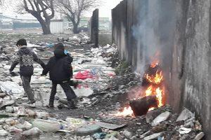 Хлапета се греят край край миризливия огън