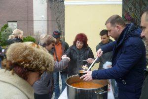 """Кметът на """"Южен"""" Борислав Инчев раздаде рибен курбан"""