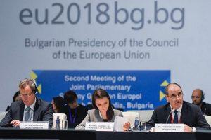 На форума присъства и директорът на Европол Роб Уейнрайт.