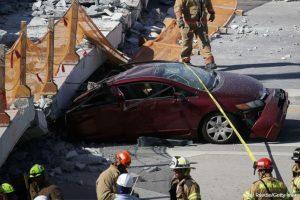 Мостът е затиснал шест коли, загиналите са най-малко 10, още толкова са в болница