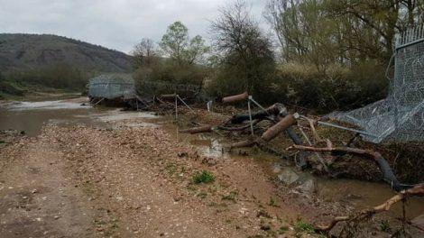 Дъждовете са подкопали оградата по границата
