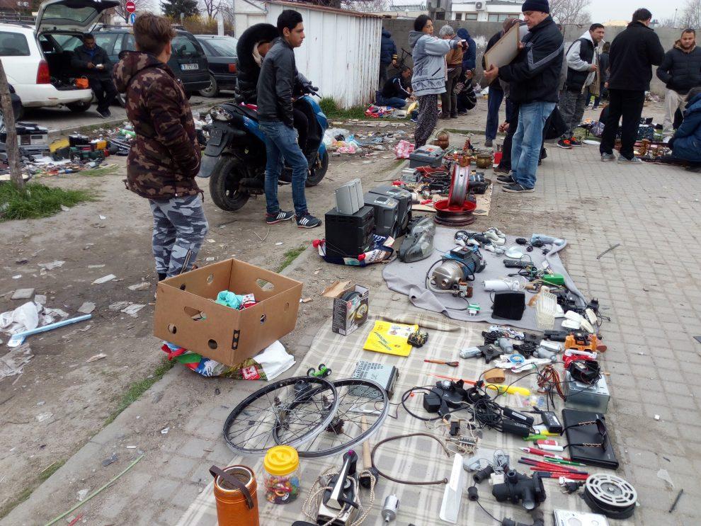На незаконен пазар до Руския се продават невъобразими неща в невъобразими условия.