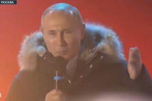 Путин излезе на площада в Москва, за да поздрави привържениците си с победата. За мен това е обикновен работен ден, каза новоизбраният президент.