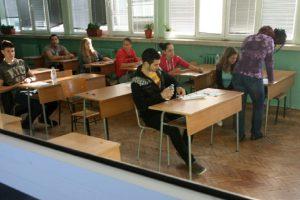Всички седмокласници задължително трябва да влязат в средно училище, тъй като завършват основно образование