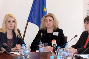 Зам.-министърът на правосъдието Десислава Ахладова (вляво) и шефката на Агенцията по вписванията Зорница Даскалова представиха проекта.