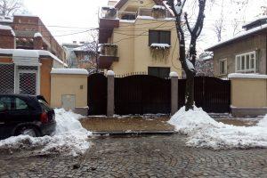 Пред къщата на кмета Иван Тотев, по принцип, се чисти прилежно