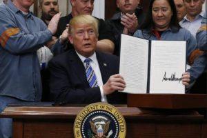 Обграден от металурзи Тръмп сложи подписа си върху указа за мито за стоманата и алуминия