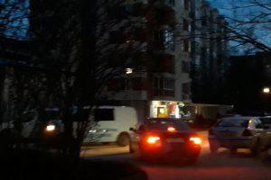 Блокът в квартал Кючук Париж вчера гъмжеше от полиция до тъмно