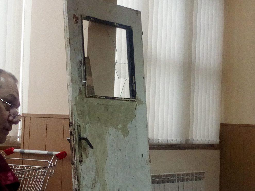 Вратата от дома на Божура и Цветан Караджови, през която убиецът е влязъл с взлом.