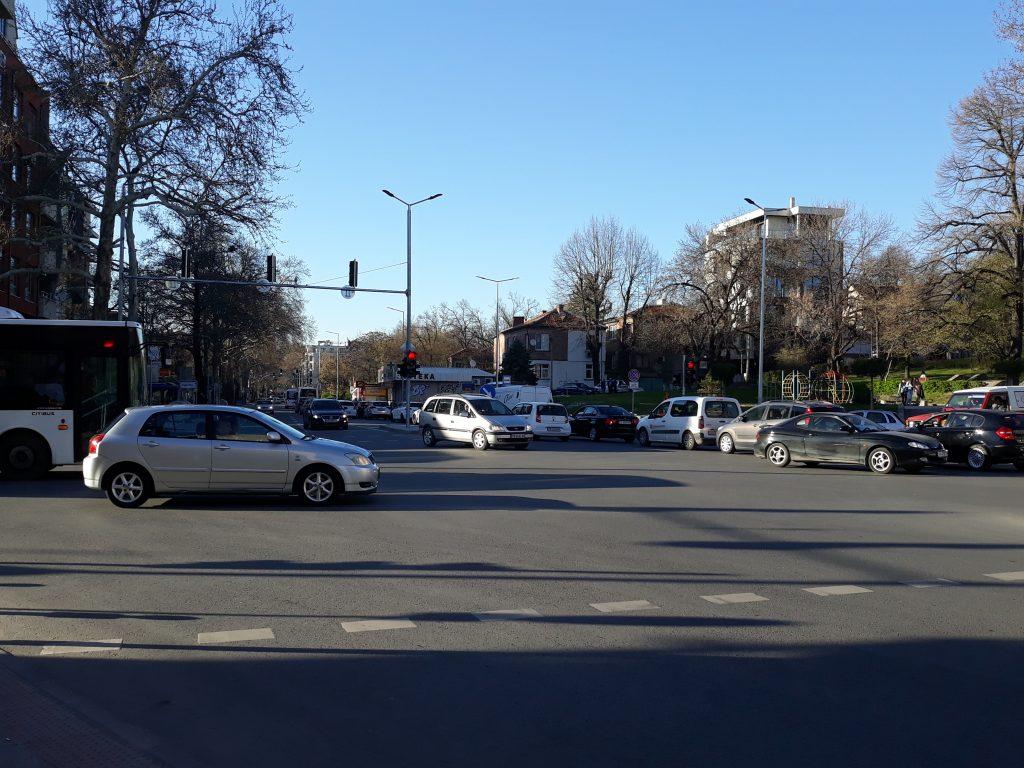 """Кръстовището на бул. """"Васил Априлов"""" също предизвдиква нерви на водачите."""