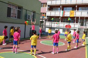 Децата нямаха търпение да играят на новите площадки