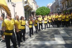 Танцьорите тропната право хоро пред Джумаята