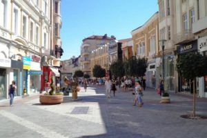 164 094 мъже и 181 119 жени живеят в Пловдив.
