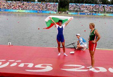 Руми Нейкова развява трикольора на победата, а Карстен гледа тъжно отстрани.