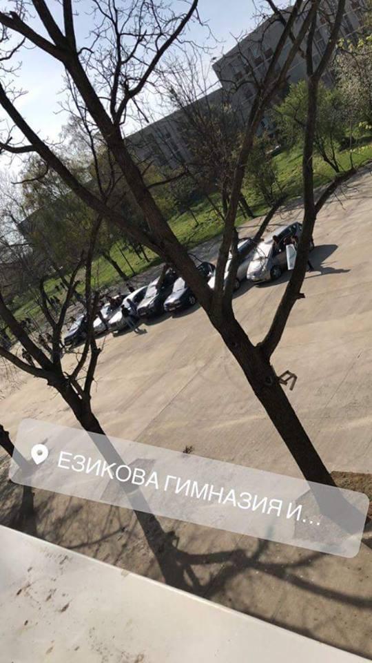 Абитуриентите строиха автомобилите си пред Руската гимназия и надуха серенада с клаксоните.