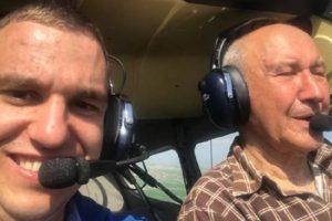 Иван Петков (вляво) в самолета