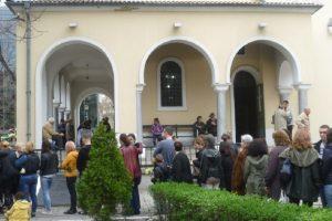 """Пред църквата """"Свети Иван Рилски"""" опашката е огромна"""