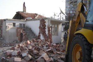 Багери събарят незаконни къщи в Арман махала