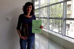 Журналистката на ПловдивПрес Ваня Драганова с наградата от Съюза на юристите