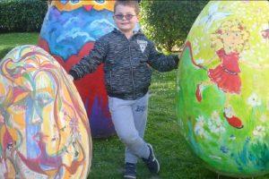 Гигантските яйца пред общината са атракция за децата