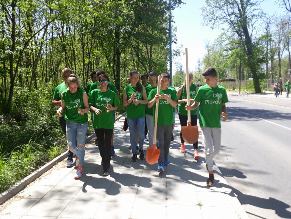 Борис Боризанов е ученикът от Спортното, който организира приятелите си да се включат в залесяването.
