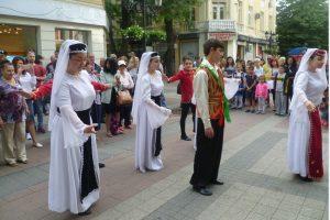 """Специален арменски сватбен танц играха на пл. """"Аптека Марица"""""""