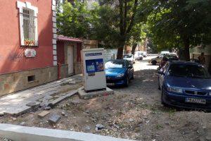"""Този захвърлен автомат за билети е днешната """"визитка"""" на градския транспорт на Пловдив."""