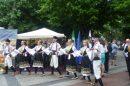 """Младите таланти от състава за народни танци """"Седенчица"""" поздравиха пловдивчани."""