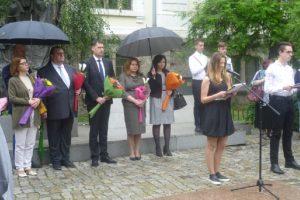 Кметът Иван Тотев единствен от официалните гости не се скри под чадър, солидарен с учениците.