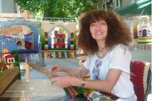 Слава Балджева показва как се тъче на стан