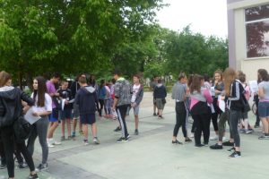 Седмокласниците се събраха в двора на училището час преди началото на изпита