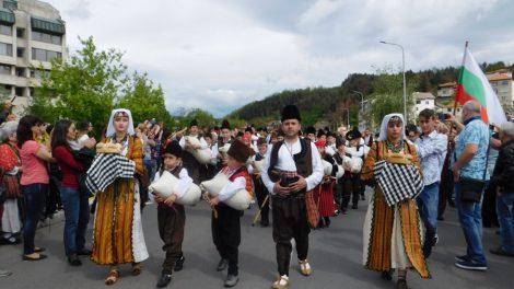 Златоград празнува с тежки хора, гайди и чевермета. СНИМКА: СмолянПрес