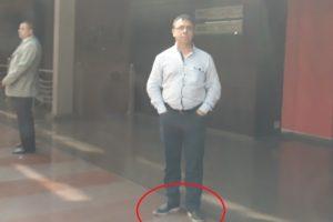 Удобните спортни обувки на полицейския шеф Илков.