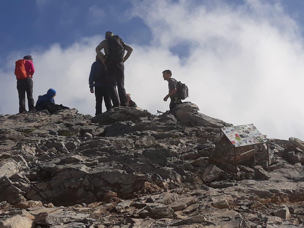 Екипът спря за почивка на връх Скала и оттам щурмува Митикас и Сколио.