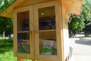 Вместо с романи, къщичката за книга в Цар-Симеоновата градина е пълна с религиозна литература