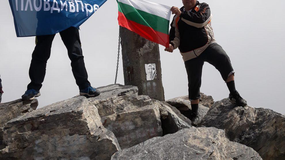 Огнян и Спас Кузови развяха трикольора и знамето на ПловдивПрес на Митикас.