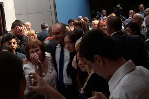Президентът Радев блокиран от фенки и фенове.