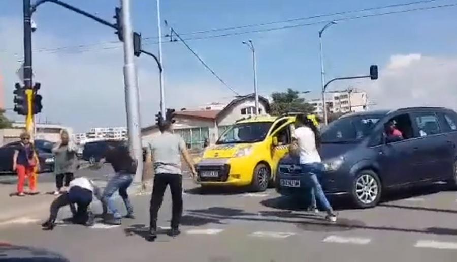 Ромите се нахвърлят върху беловласия, който се опитва да спаси момчето.