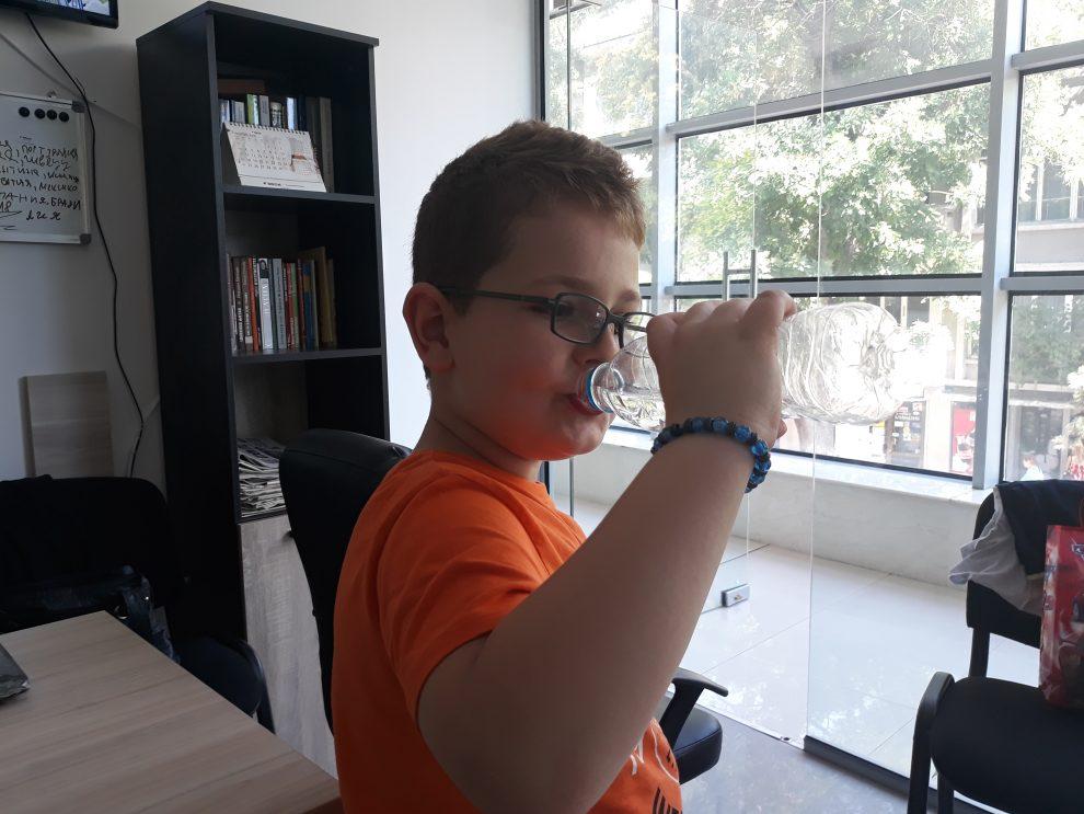 Децата трябва да пият много вода в жегата, защото се дехидратират по-бързо от възрастните.