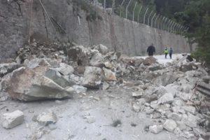 Огромните скални късове затапиха пътя за Забърдо.