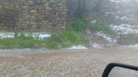 Край улиците в община Баните се образуваха бели гирлянди от лед.