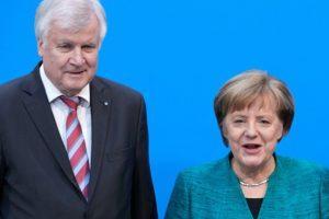 Зеехофер леко отстъпи, Меркел - също и коалицията беше спасена, засега