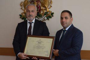 Йордан Фиданов получи сертификата от министър Емил Караниколов.