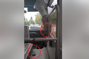 Шофьорът бере джанки през прозореца и шляпа по джапанки зад волана.