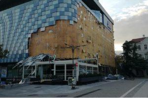 Фасадата на мол в Благоевград рухна Снимка bTV