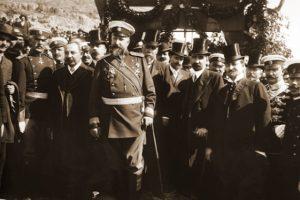 Фердинанд I, министър-председателят Александър Малинов, членове на правителството и генерали при обявяването на Независимостта на България