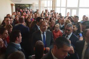 Президентът Радев едва си проправяше път в препълнените коридори на университета.
